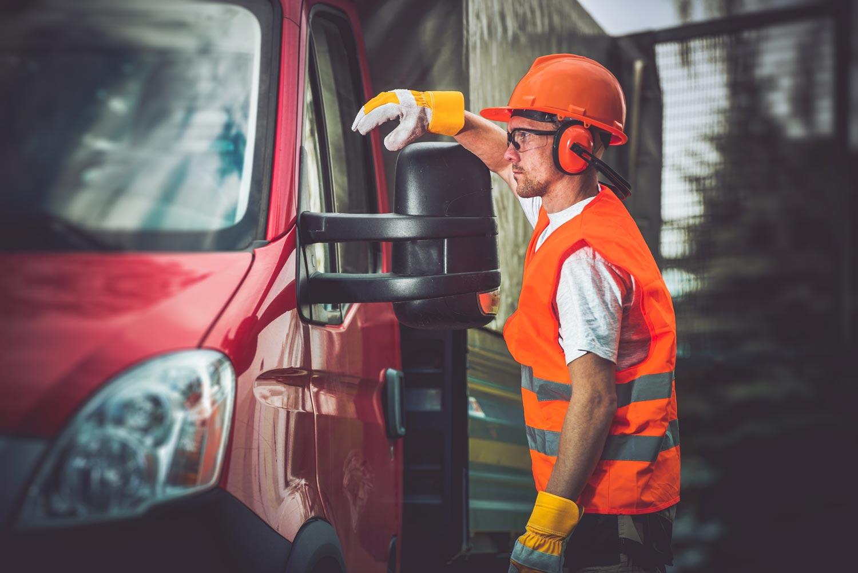 LKW Fahrer an seinem Fahrzeug