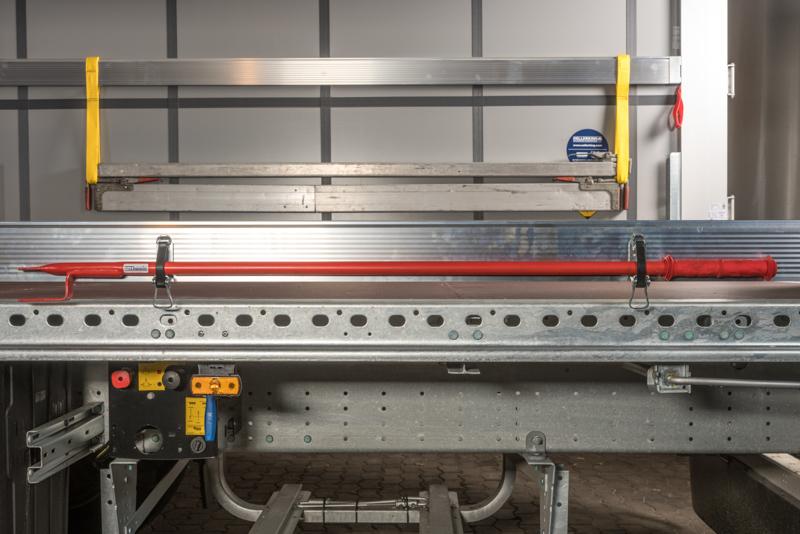 Das Befestigungskit montiert an einem Aluminium Spriegelbrett